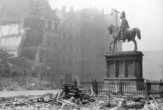 Pomnik Fryderyka Wilhelma III w maju 1945 roku