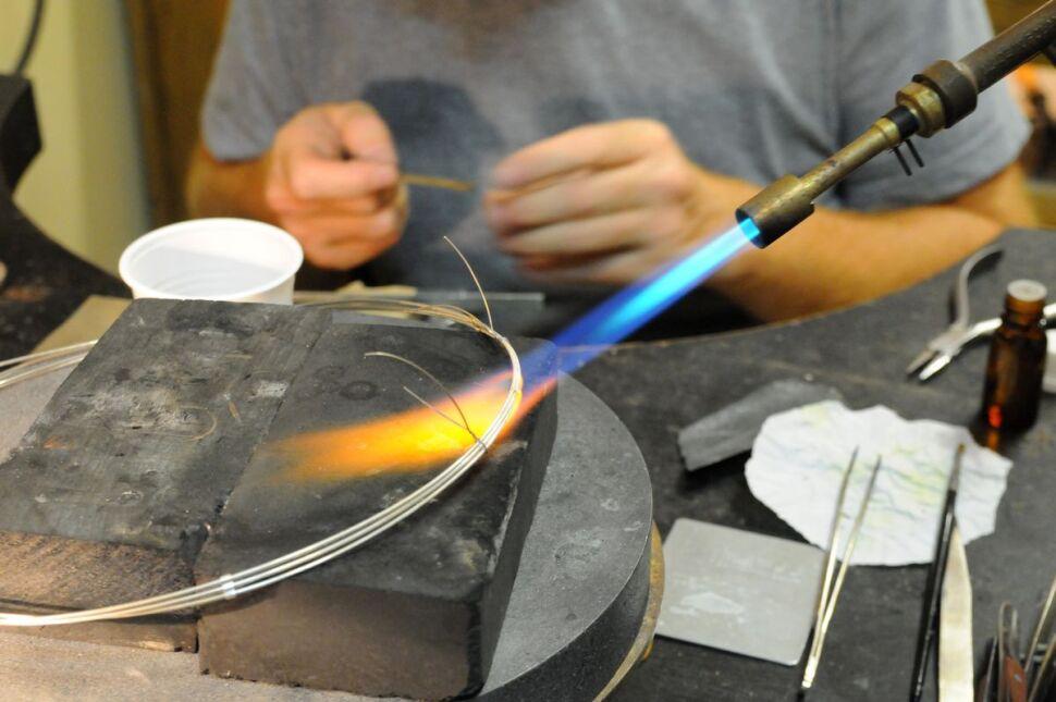 Warsztaty mają zainspirować bursztynem projektantów biżuterii z całego świata