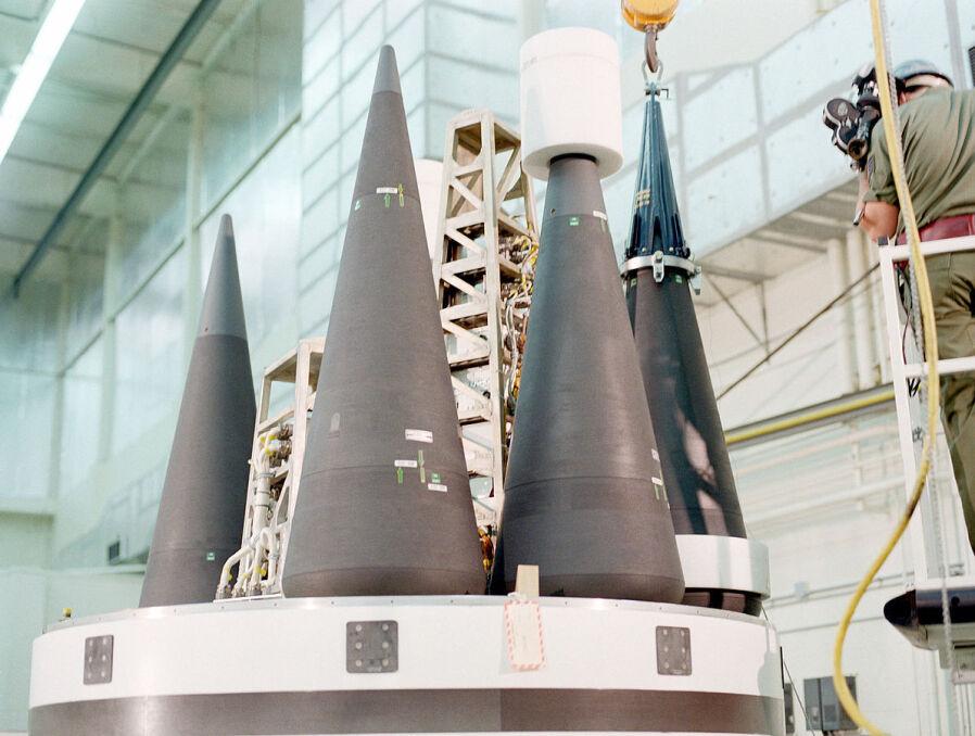 Tak wyglądają współczesne głowice jądrowe. Ładunki W-87 gotowe do zamontowania na szczycie wycofanej już ze służby rakiety Peacekeeper. Amerykanie przenoszą je teraz na starsze, ale bardziej ekonomiczne pociski Minuteman III, zastępując ich oryginalne głowice W-78
