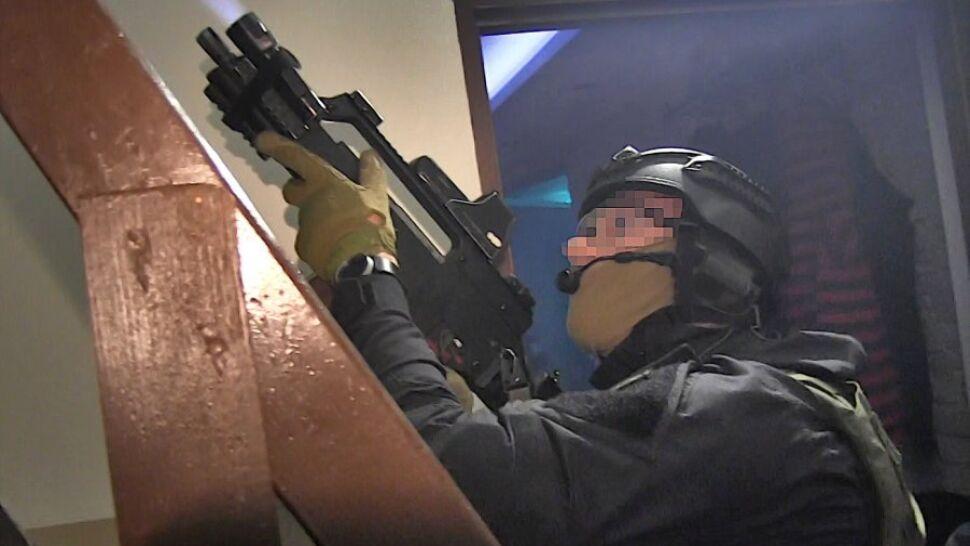 100 policjantów w akcji, pięciu zatrzymanych. Narkotyki, broń i nielegalne kasyno internetowe