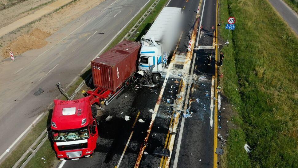 Mleko rozlało się na autostradzie.  A1 zablokowana po zderzeniu ciężarówek