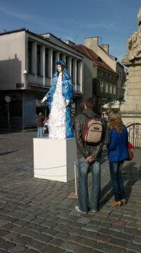 rzeźba budzi duże zainteresowanie przechodniów.