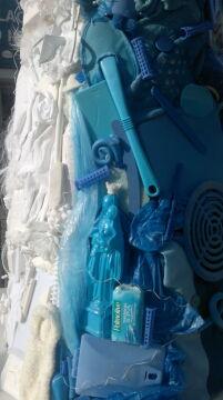 Wszystkie użyte przedmioty są białe i niebieskie.