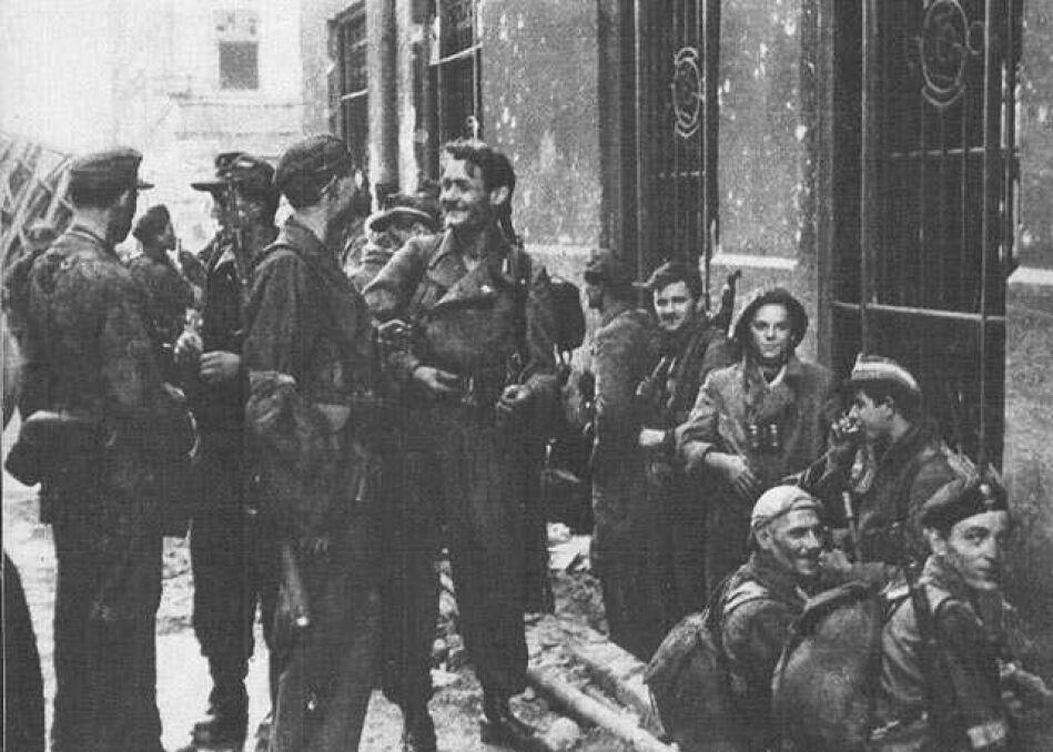 """Żołnierze zgrupowania """"Radosław"""" po ewakuacji kanałami ze Starówki. Ewakuacja, nad ranem 2 IX 1944, zajeła około czterech godzin. Powstańcy przeszli z placu Krasińskich do ulicy Wareckiej na Śródmieście"""