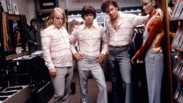 """Philip Seymour Hoffman (pierwszy z lewej) w """"Boogie Nights"""", 1997 rok"""