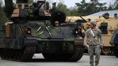 W wypadku klasycznej wojny czołgom na fronie towarzyszyłyby transportery opancerzone M2 Bradley i ich wersja rozpoznawcza M3. Ich zadaniem jest wspierać M1 Abrams i chronić je przed piechotą
