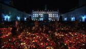 """Pałac prezydencki """"utonął"""" w zniczach"""