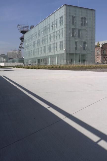 Światło do wnętrza muzeum wprowadzają szklane wieże postawione na powierzchni