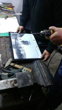 Montowanie tablic ze zdjęciami Filipa Rozbickiego w Walimiu