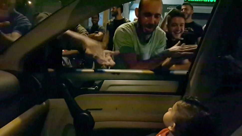 """Protesty wystraszyły dziecko. Zaśpiewali mu """"Baby Shark"""""""