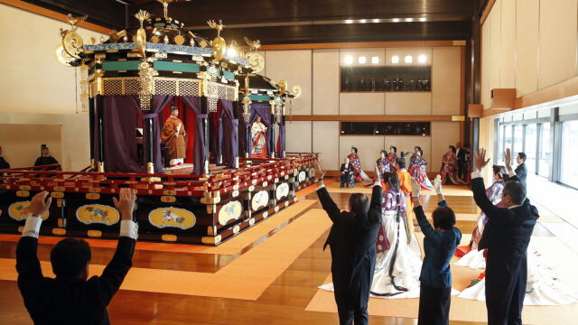 """Naruhito wstąpił na tron. Trzy  razy """"banzai"""" dla nowego cesarza"""
