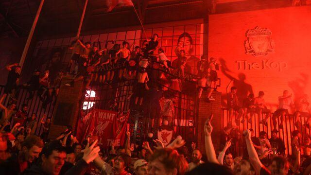 """Kibice Liverpoolu świętowali kolejną noc, burmistrz wysyła ich do domu. """"Dla waszego bezpieczeństwa"""""""