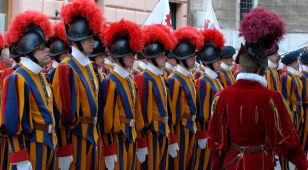 Zaprzysiężenie nowych żołnierzy watykańskiej Gwardii Szwajcarskiej. Brakuje rekrutów