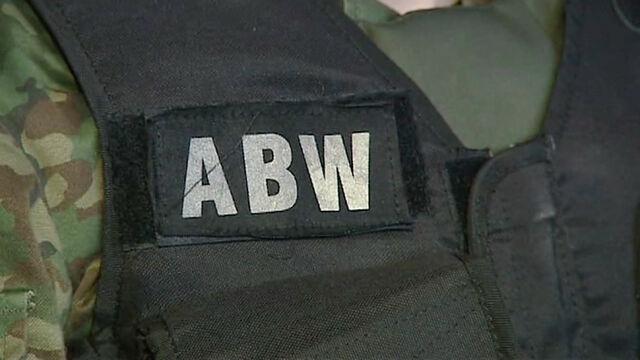 ABW zatrzymała podejrzanego o kierowanie grupą oszustów podatkowych
