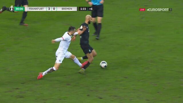 Brutalny faul Kosticia. Piłkarz Eintrachtu Frankfurt wyleciał z boiska