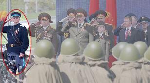 Minister przyćmił prezydenta. Na 9 maja założył mundur NKWD