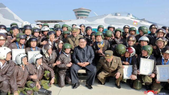 Kim Dzong Un na ćwiczeniach.  Zrobił sobie zdjęcia z żołnierzami