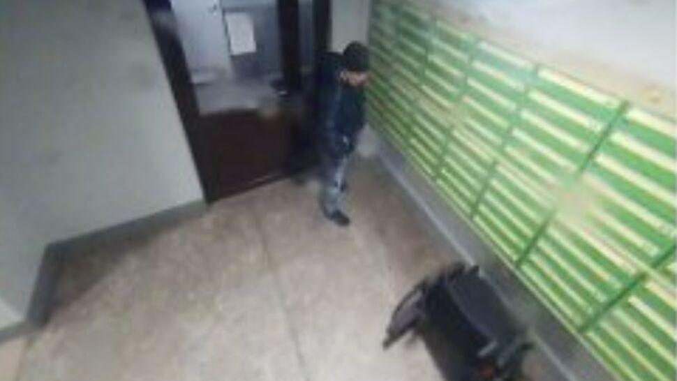 Z klatki schodowej skradziono wózek inwalidzki. Policja szuka tego mężczyzny