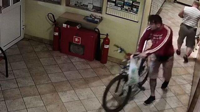 Rower nie mieści się w windzie? Złodziejowi się udało. Kradzież na 21. piętrze