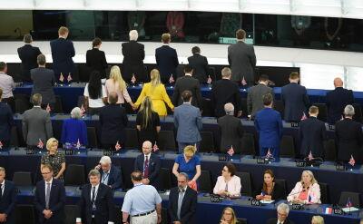 Członkowie Partii Brexitu tyłem podczas hymnu UE