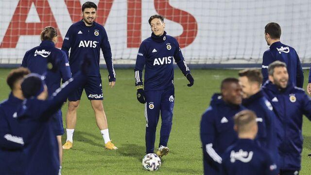 """Mesut Oezil w wymarzonym Stambule. Będzie grał """"za darmo"""""""