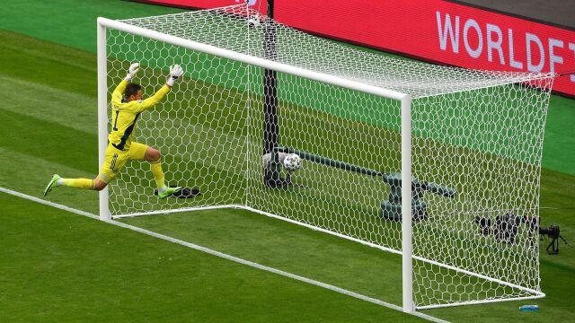 Niewiarygodny gol z połowy boiska. Piłka i bramkarz w siatce