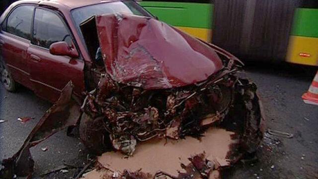 Mazda wpadła na autobus. Odpadło pół auta