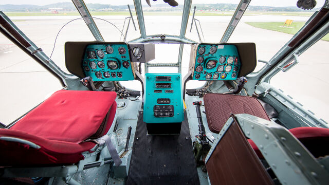 Kokpit jednego z Mi-8 służących do transportu VIP-ów. Po wskaźnikach widać wiek maszyny. Wszystkie są z ery analogowej