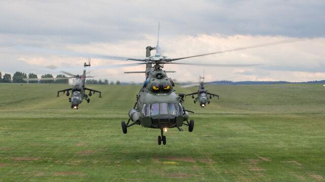 Start Mi-17 w towarzystwie dwóch szturmowych Mi-24 służących za eskortę