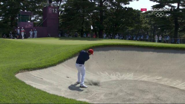 Tokio. Golf. Xander Schauffele uderza z bunkra