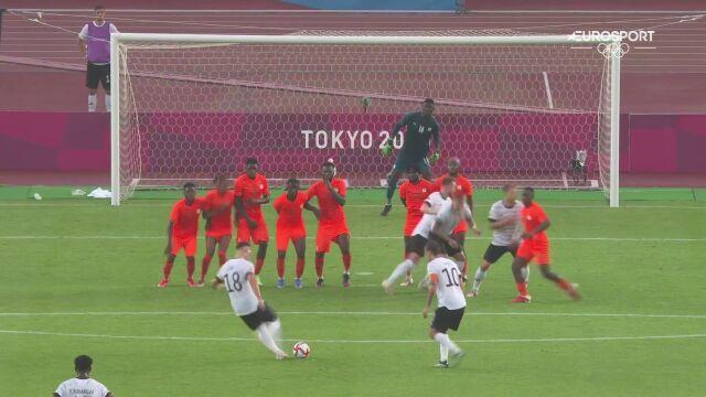 Tokio. Piękne trafienie Niemców na 1:1 z rzutu wolnego w meczu z WKS