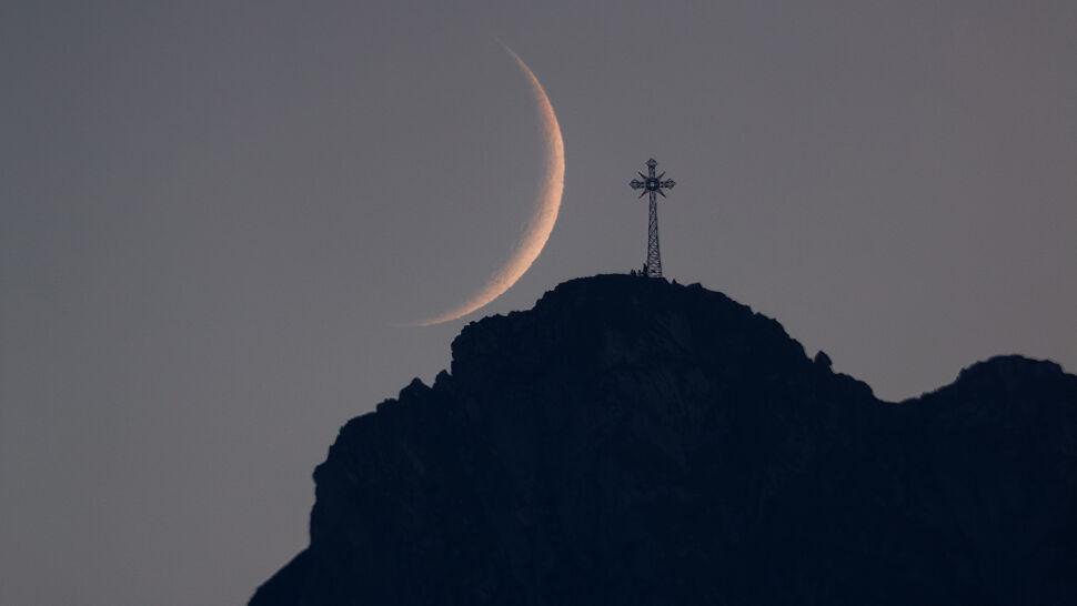 """Księżyc, Giewont i krzyż. Na to """"bajkowe ujęcie"""" polował od dwóch lat"""