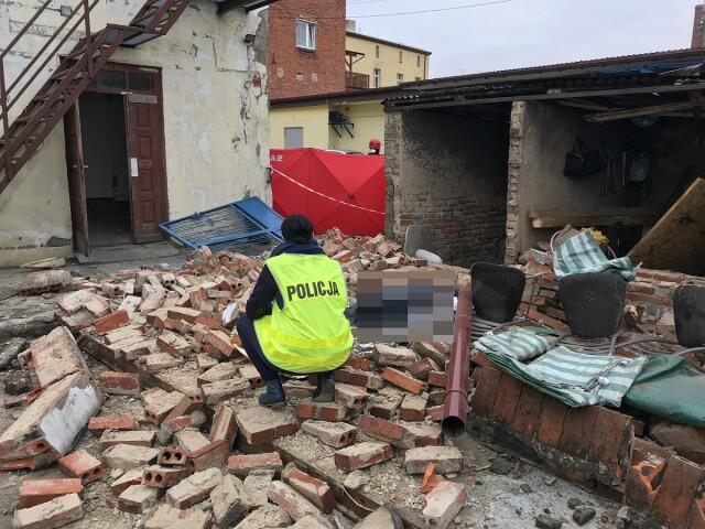 Ściana runęła na pracowników, jeden z nich zmarł
