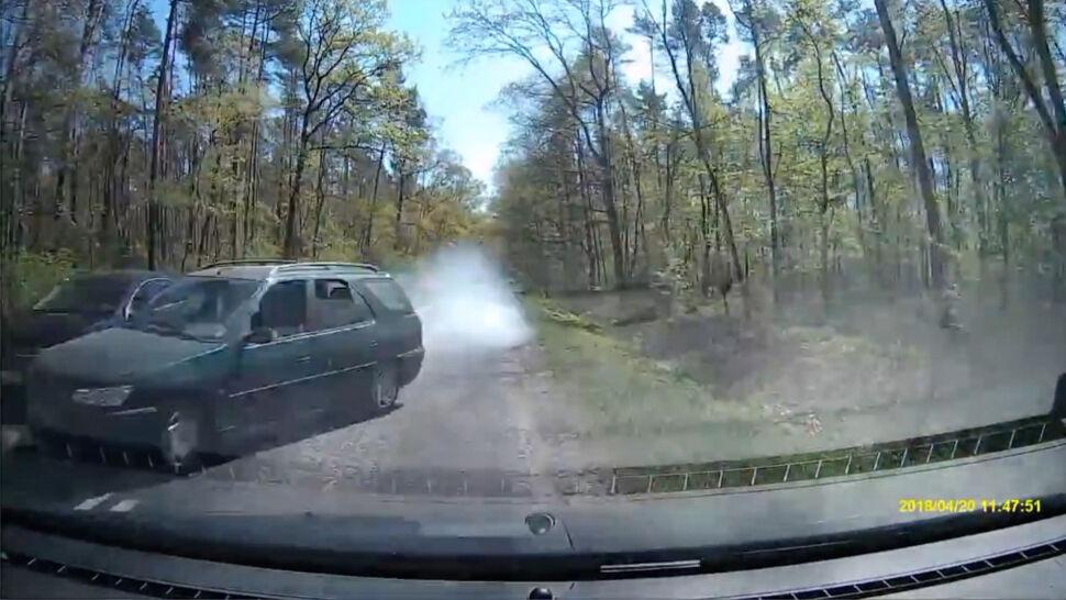 Chciał wyprzedzić, nie zdążył, więc zepchnął auto do rowu. Kierowca poszukiwany