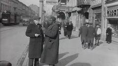 Przerwa na papierosa i pogawędkę. Czarnoskóry portier na ul. Nowy Świat . Warszawa około 1935 roku.