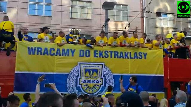 5876ff4b172488 Wesoły autobus Arki po awansie.