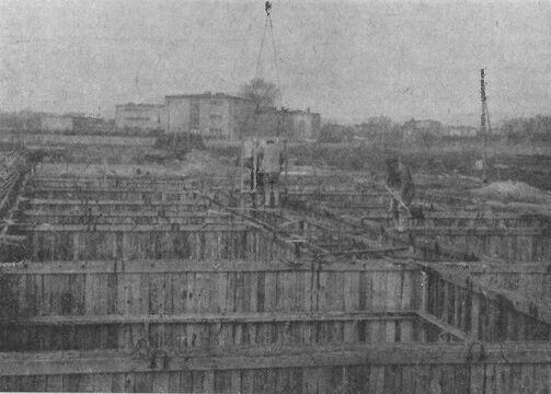 Betonowanie ścian pierwszego budynku mieszkalnego na Ratajach (1966 r.)