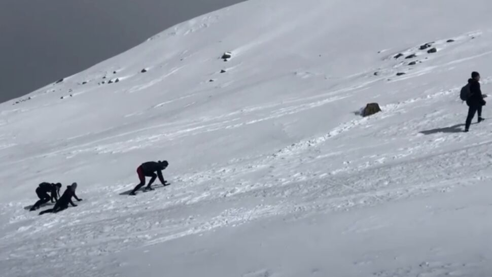 Na czworaka, brnąc w śniegu.  Tak zdobywały Dolinę Goryczkową