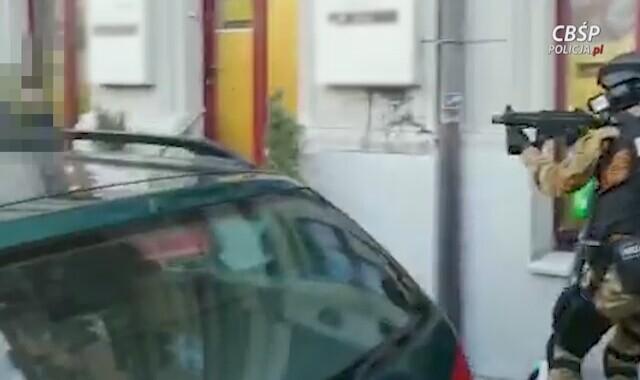 26cb005f7 Funkcjonariusze CBŚP zatrzymali 10 kobiet i trzech mężczyzn - oglądaj wideo  TVN24