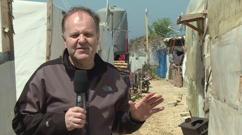 Uchodźcy z Syrii w prowizorycznych barakach