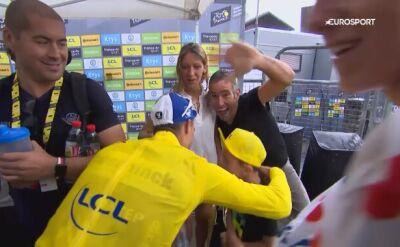 Piękny gest lidera Tour de France. Alaphilippe pomógł zmarzniętemu chłopcu