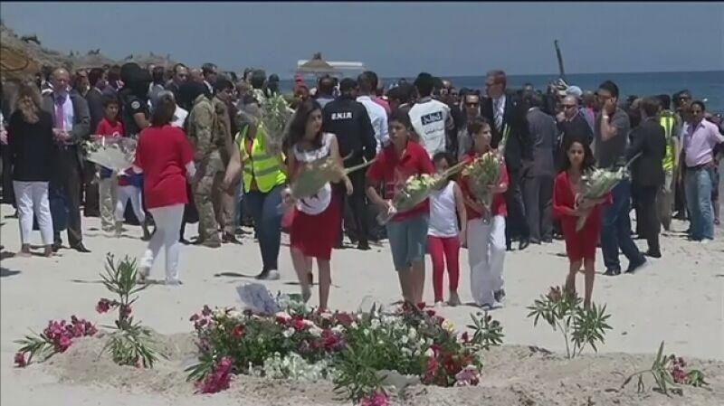 Kwiaty na plaży w hołdzie ofiar zamachu w Susie