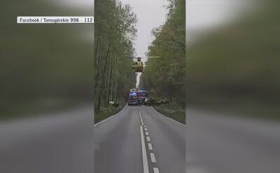 Śmigłowiec ratunkowy ląduje na drodze w lesie