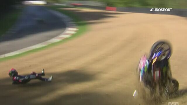 Groźna sytuacja na torze Brands Hatch. Motocykl wyleciał poza bandę