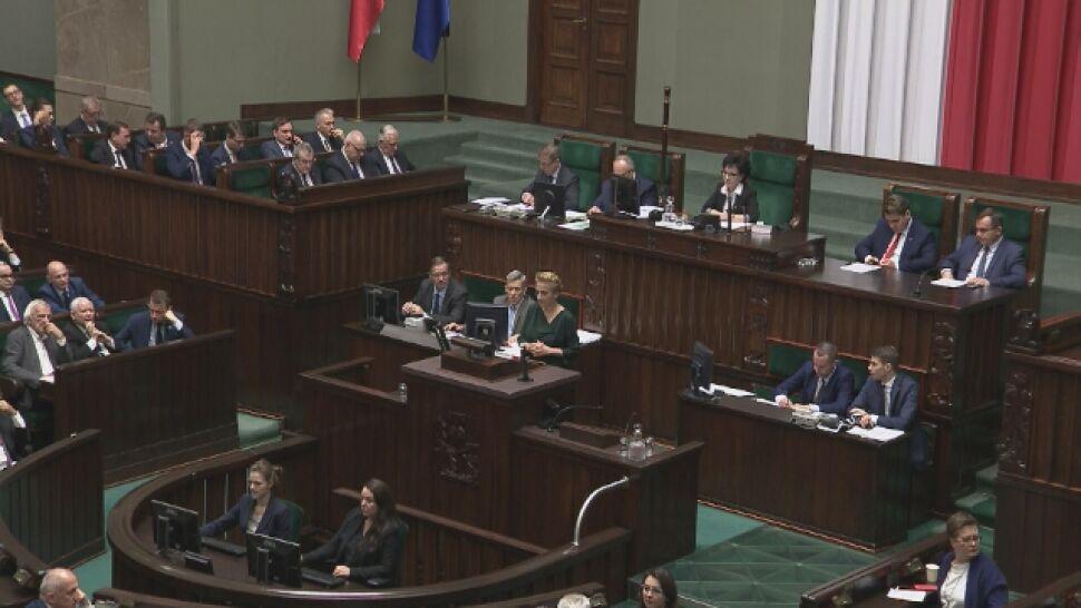 """Posłowie głosowali, przed Sejmem  trwał protest. """"Wara od naszych dzieci"""""""