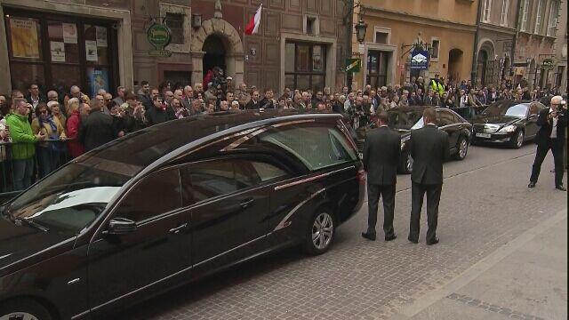 Trumna z ciałem Bartoszewskiego przed Bazyliką św. Jana Chrzciciela w Warszawie