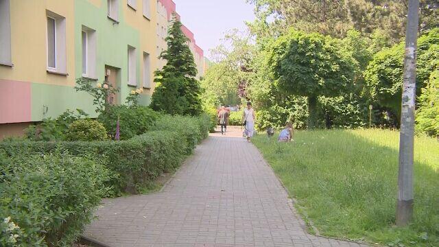 Sąsiadka: policjant biegiem niósł dziecko do karetki