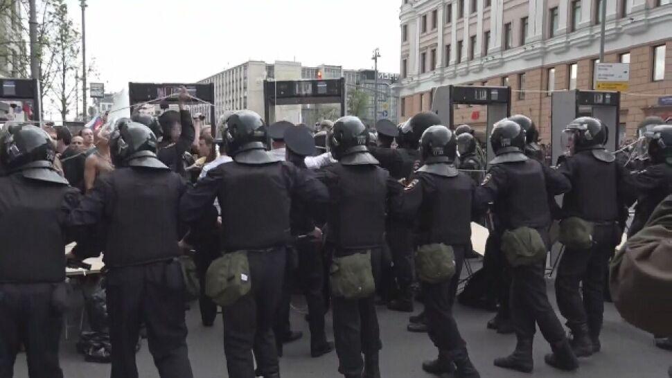 """""""Przyciskają ludzi twarzą do ziemi"""", """"prowadzą do więźniarek"""". Setki zatrzymanych w Rosji"""