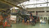 Prace przy myśliwcach MiG-29 w głównym hangarze WZL 2