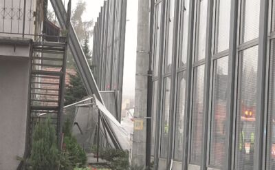 Tir przewrócił się na łuku drogi, uszkodzony budynek